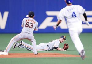 2回1死一塁、木下拓哉の打球を捕球し、素早く二塁に送球して併殺を完成させた坂本勇