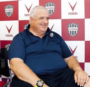 大きな体を揺らし、笑顔で若手選手の育成について語ったアルベルト・ベナイジェス氏