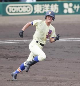 2回2死二塁、星稜・岡田が先制の右中間適時二塁打を放つ(カメラ・馬場 秀則)
