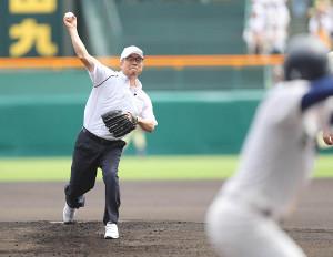 始球式を行った広島商OB・達川光男氏