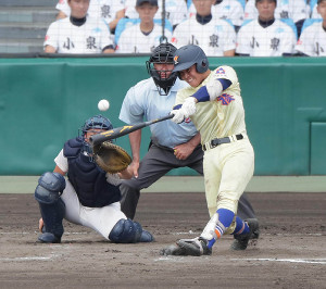 7回1死二塁、星稜・山瀬が左中間適時二塁打を放つ(カメラ・馬場 秀則)
