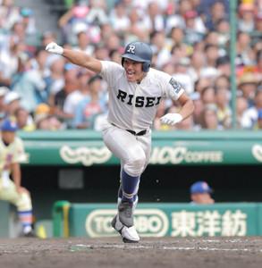 8回1死三塁、勝ち越し適時打を放つ履正社・野口(カメラ・石田 順平)