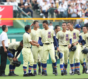 決勝で履正社に敗れるも、笑顔で林和成監督(手前左)と握手を交わす星稜・奥川恭伸(中央)(カメラ・渡辺 了文)