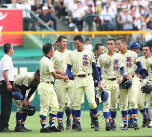 優勝で履正社に敗れるも、笑顔で林和成監督(手前左)と握手を交わす星稜・奥川恭伸(中央)(カメラ・渡辺 了文)