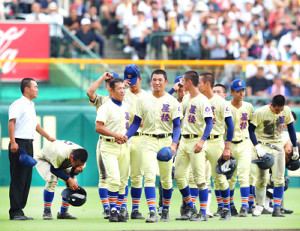 決勝戦を終えた星稜・奥川(中央)は笑顔で林和成監督と握手を交わした