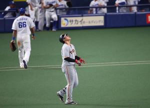 7回2死一塁、中飛に打ち取られ天を仰ぐ岡本和真(カメラ・竜田 卓)