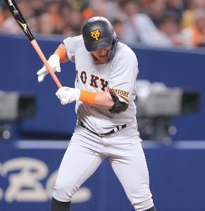 4回2死一、二塁、死球を受けたゲレーロ (カメラ・上村 尚平)