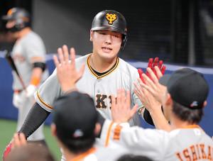 2回無死、24号本塁打を放ち、ベンチのナインに迎えられた岡本和真(カメラ・橋口 真)