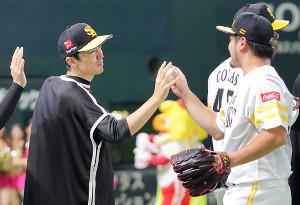 森(右)からウィニングボールを受け取る和田