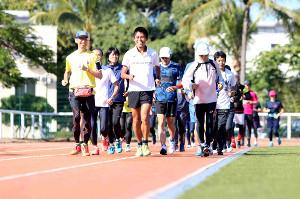 約30人の市民ランナーと走る川内優輝(中央)