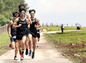 蓼科クロスカントリーを走り込む東海大の選手たち