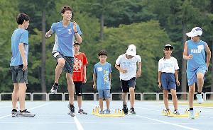 笑顔でランニング教室を行う東海大・関颯人(左から2人目)