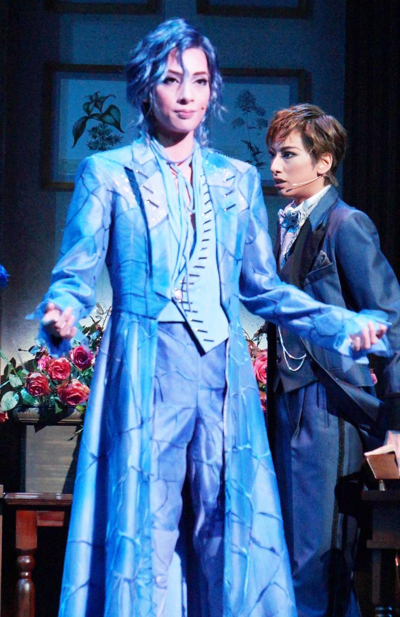 花組公演「A Fairy Tale」の一場面。ばらの精霊・エリュ(明日海りお、左)と植物学者ハーヴィー(柚香光)