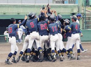 優勝を決め歓喜の輪をつくる和歌山ナイン