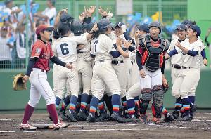 サヨナラ勝ちに喜ぶ福井工大福井ナインの前で、ガックリするクラーク記念国際仙台の小野寺(手前左)と高橋(同右)
