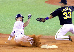 1回2死一塁、打者・バレンティンの時、二盗を決める山田哲(右は糸原)