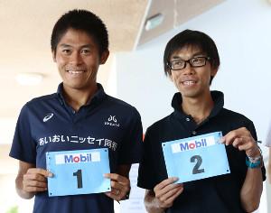 川内優輝(左)と牛山純一さん