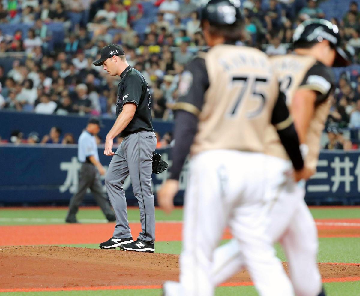 4回無死一塁、横尾(右)に逆転2ランを打たれて肩を落とすアルバース
