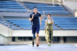 高橋みなみ(右)に走り方のコーチングを行う井谷俊介