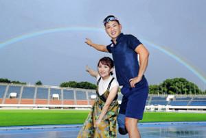 対談後の撮影終盤に雨が降ったが、すぐにやみ空へ大きな虹がかかった。高橋(左)と井谷は感動して笑顔(カメラ・矢口 亨)