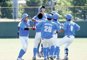 サヨナラ打を放った長田(左から3番目)に駆け寄って喜ぶ七十七銀行の選手たち(カメラ・有吉 広紀)