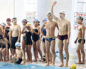 子供たちに競泳を指導する江原(右から3人目)と萩野(同2人目)