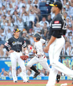 1回無死、先頭打者弾を放った荻野(左は内川)