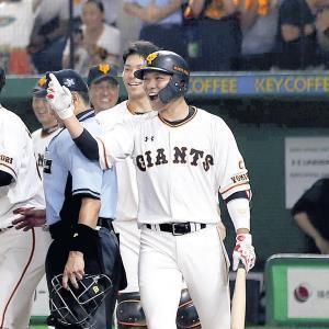11回無死二塁、サヨナラ本塁打を放った石川(左)を笑顔で迎える坂本(カメラ・矢口 亨)