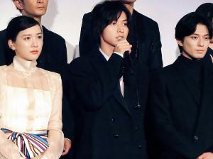 アニメ映画「二ノ国」で声優を務め、舞台あいさつした(左から)永野芽郁、山崎賢人、新田真剣佑