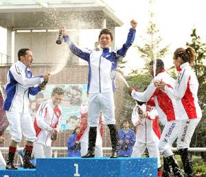 優勝した川田(中央)は2位のルメール(左)、3位タイの(右から)ミシェル、ティータンらにビールのシャワーを浴びせられ、歓喜の表情
