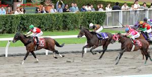 第3戦でスワーヴアラミス(左)に騎乗したミシェルは2着に2馬身差をつけ、JRA初勝利