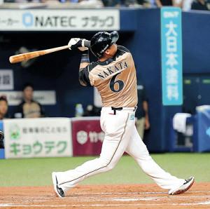 7回1死一塁、中田はスーパーリングに入る二塁打を放つ