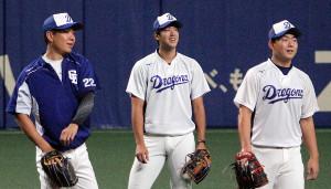 阪神3連戦の先発に向けて練習した(左から)大野雄、梅津、小笠原