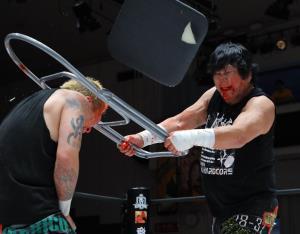 NOSAWA論外にパイプ椅子で頭を割る大仁田厚(右)