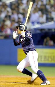 5回2死一、二塁、左中間に2点適時二塁打を放つ東邦・石川