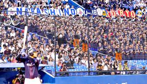 三塁側スタンドの習志野と拓大紅陵がコラボ演奏で選手を応援
