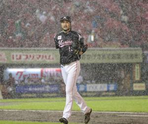 5回1死、豪雨で中断しベンチに戻る石川