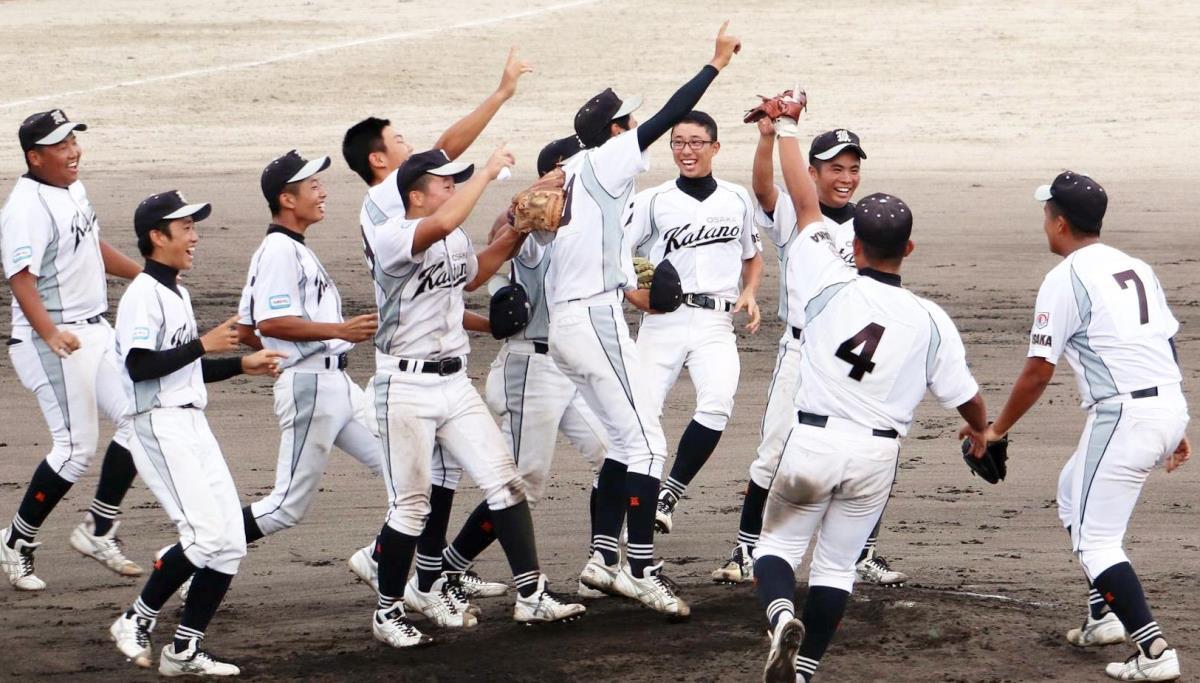 ホスト優勝を果たし喜ぶ大阪交野ナイン