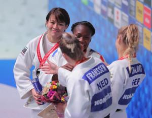 銀メダルとなり、表彰台でメダリストと言葉を交わす田代未来(左端、右から2人目は金メダルのクラリス・アグベニェヌ)(カメラ・相川 和寛)