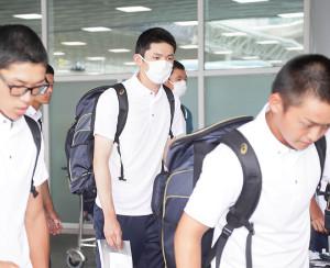 28日に日の丸なしのシャツを着用して韓国入りした佐々木朗希(中)らU-18日本代表の選手たち