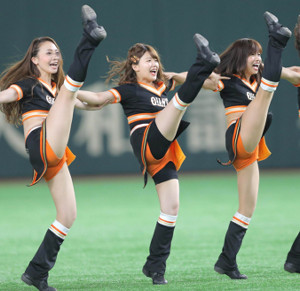 巨人のマスコットガール「ヴィーナス」の一員としてダンスを披露した日本テレビ・尾崎里紗アナウンサー(中央)足上げも完ぺき!