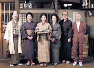映画の衣装で撮影に応じる(左から)藤井隆、浅野温子、松本穂香、若村麻由美、石坂浩二と角川春樹監督(右端)