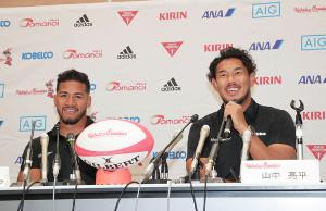 ラグビーW杯日本代表メンバーに選出され、会見で笑顔を見せる山中亮平(右)とアタアタ・モエアキオラ(カメラ・渡辺 了文)