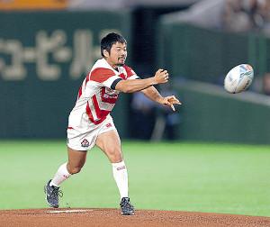ラグビーボールで始球式を務めたラグビー日本代表の田中史朗 (カメラ・上村 尚平)