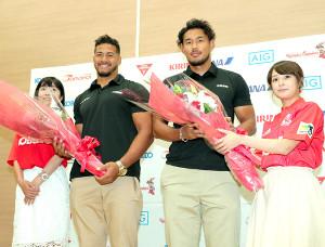 激励の花束を贈られたアタアタ・モエアキオラ(中央左)と山中亮平(同右)