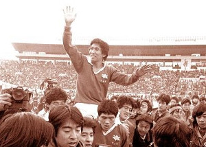 1985年1月15日のラグビー日本選手権、新日鉄釜石が同志社大を破り7連覇を達成。主将兼監督の松尾雄治は優勝で引退を飾った