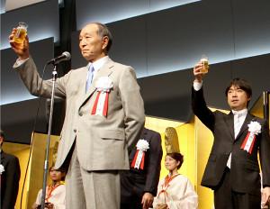 2010年、大阪新年互礼会で乾杯の発声をする下妻博