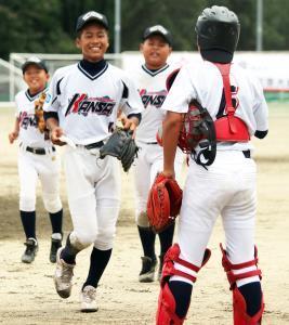 小学生の部で優勝した関西選抜ナイン
