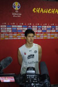 バスケットボール男子W杯に向け、会場での練習を終えて取材に応じる渡辺雄太