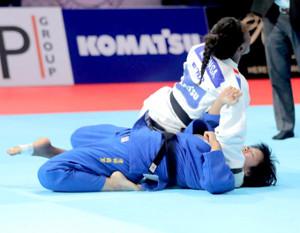 女子78級の決勝でマロンガ(上)から大外返しで一本を奪われ、銀メダルとなった浜田尚里